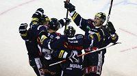 Hokejisté Liberce se radují z gólu do sítě Českých Budějovic.