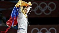 Venezuelan Ruben Limardo Gascon se raduje ze zlaté medaile.