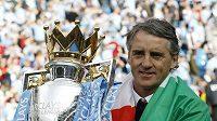 Kouč City Roberto Mancini s pohárem pro vítěze ligy.