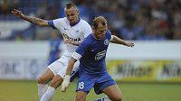 Roman Zozulj z Dněpropetrovsku (vpravo) si kryje míč před Michalem Breznaníkem z Liberce.