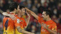 Fotbalisté Barcelony Cesc Fábregas (vlevo), Lionel Messi (uprostřed) a Xavi se radují z branky.