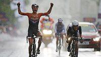 Nizozemská cyklistka Marianne Vosová (vlevo) se raduje z vítězství v olympijském závodě.