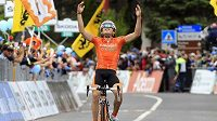 Španělský cyklista Jon Izaguirre Insausti v cíli 16. etapy Giro d´Italia