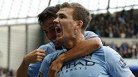 Fotbalisté Manchesteru City Edin Džeko (vpředu) a David Silva se radují z branky. Přežijí v Lize mistrů...?