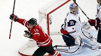 Kanaďan Ryan Strome se raduje z gólu v brance USA.