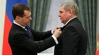 Zásluhy hokejového veterána Vladimíra Krutova ocenil na sklonku loňského roku v Kremlu vysokým vyznamenáním i tehdejší ruský prezident Dmitrij Medveděv