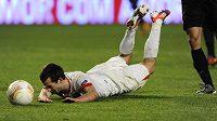 Štípek se po penaltovém zákroku Joaoa Diase z portugalské Coimbry poroučí k zemi.