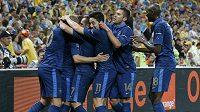 Fotbalisté Francie se radují z branky do ukrajinské sítě.
