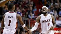 Basketbalisté Miami LeBron James (vpravo) a Chris Bosh