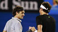 Roger Federer si podává ruku s Milošem Raonicem. Mladý Kanaďan ostříleného šampióna potrápil méně, než se čekalo.