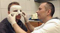 Fotbalista Michal Kadlec z Bayeru Leverkusen asistoval u výroby speciální ochranné karbonové masky po operaci nosu zlomeném po útoku tamních fanoušků.