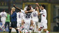 Fotbalisté Boloni se radují z gólu proti Interu.