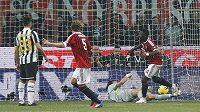 Sulley Muntari (vpravo) z AC jásá, ale předčasně. Gól nebyl uznán, ač brankář Juventusu Gianluigi Buffon vyrážel balón až za čarou. Domácím zůstalo jen těsné vedení, v závěru ho ztratili.