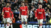 Jako by nevěřili svým očím. Fotbalisté Manchesteru United (zleva) Ryan Giggs, Michael Carrick a Wayne Rooney po druhém inkasovaném gólu v duelu s Newcastlem.