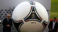Ředitel firmy Adidas Herbert Hainer (vpravo) a kouč Španělska Vicente del Bosque odhalují v Kyjevě obří model nového míče pro EURO 2012.