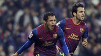 Úspěšný střelec Alexis Sánchez (vlevo) a Cesc Fábregas oslavují vyrovnávcí gól Barcelony v utkání s Realem Madrid.