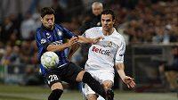 Mauro Zarate z Interu (vlevo) bojuje o míč s Jeremie Morelem z Marseille
