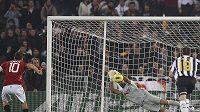 Francesko Totti nastřeluje z penalty jen brankáře Juventusu Buffona.
