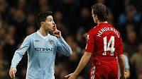 Samir Nasri z Manchesteru City (vlevo) uklidňuje gestem Jordana Hendersona z Liverpoolu.