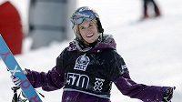 Kanadská lyžařka Sarah Burkeová podlehla následkům těžkého zranění.