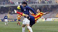 Diego Milito z Interu v souboji s hráčem Lecce Martinem Miglionicem