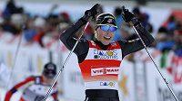 Americká lyžařka Kikkan Randallová oslavuje triumf ve finále sprintu SP ve švýcarském Davosu.