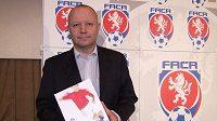 Petr Fousek, šéf české kandidatury na EURO 2015 fotbalistů do 21 let, drží v ruce detailně zpracovaný projekt šampionátu.