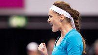 Vítězné gesto Ivety Benešové při utkání s Němkou Sabine Lisickou.