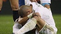Pepé z Realu Madrid se svíjí po kose od Messiho z Barcelony.
