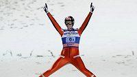 Norský skokan na lyžích Anders Bardal se raduje z vítězství.