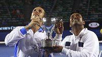 Radek Štěpánek (vlevo) a Leander Paes třímají trofej pro vítěze čtyřhry na Australian Open.