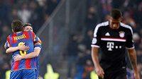 Smutný Jerome Boateng z Bayernu Mnichov odchází po porážce svého týmu do kabin se sklopenou hlavou, zatímco hráči Basileje Benjamin Huggel a Valentin Stocker oslavují překvapivou výhru.