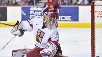 Brankář hokejistů do 20 let Petr Mrázek inkasuje gól ve čtvrtfinálovém utkání s Ruskem.