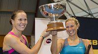 Lucie Hradecká (vlevo) a Andrea Hlaváčková s trofejí pro vítězky čtyřhry na turnaji v Aucklandu.