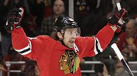 Patrick Sharp z Chicaga se raduje z gólu do sítě Calgary.