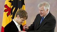 Sebastian Vettel dostává řád z rukou šéfa Parlamentu Horsta Seehofera.