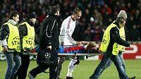 Petr Jiráček opouští zápas s AC Milán na nosítkách