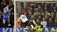 Emmanuel Adebayor z Tottenhamu (uprostřed) překonává Petra Čecha v brance Chelsea.