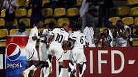 Fotbalisté Ghany oslavují vstřelený gól ve čtvrtfinále mistrovství Afriky proti Tunisku.