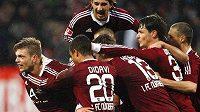 Fotbalisté Norimberku se radují z gólu do sítě Herthy Berlín.