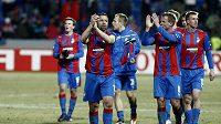 Fotbalisté Plzně děkují fanouškům po utkání se Schalke 04.