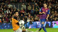 Barcelonský Pedro Rodriguez obstřeluje gólmana Hospitaletu.