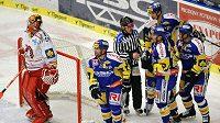 Hokejisté Zlína se radují z branky v utkání proti Třinci.