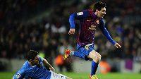 Lionel Messi uniká Davidu Timorovi krátce před vstřelením gólu do sítě Pamplony.