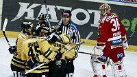 Hokejisté Litvínova slaví gól proti Slavii