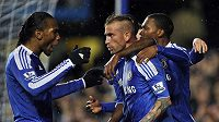 Fotbalisté Chelsea se radují z branky Meirelse (uprostřed) do sítě Manchesteru City.