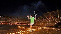 Rafael Nadal na kurtu plném hořících svíček