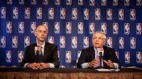 Komisionář NBA David Stern (vpravo) na čtvrteční tiskové konferenci.