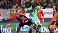 Lionel Messi z Barcelony v obklíčení hráčů Osasuny
