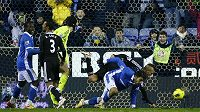 Wigan právě po předcházející chybě Petra Čecha dává gól Chelsea.